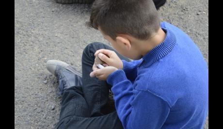 Chaque enfant confectionna sa parure avec des outils en silex